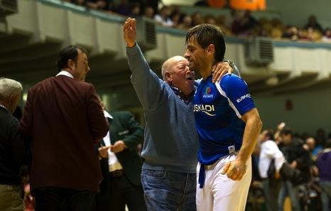 Un aficionado abraza a Berasaluze por su triunfo. (Idoia ZABALETA/ARGAZKI PRESS)